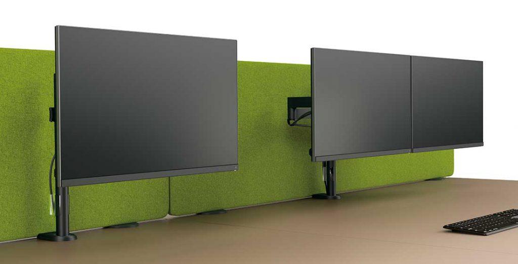 2 bras support écrans, l'un avec 1 écran, l'autre avec 2 écrans