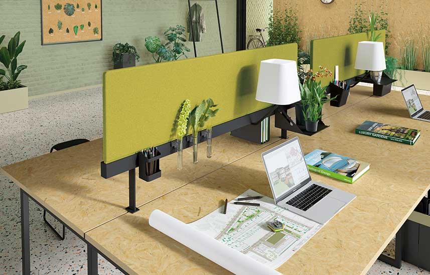 Espace type botanique montrant des écrans NewPort sur des postes de travail