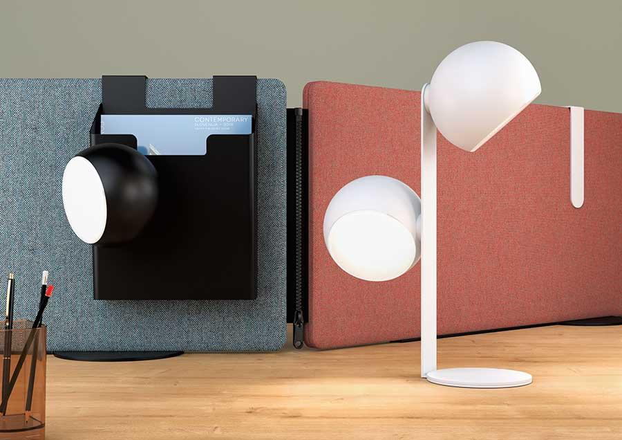 Lampe Scoop, une sur pied avec un seconde tête magnétique, l'autre sur aimanté sur un accessoire suspendu sur écran