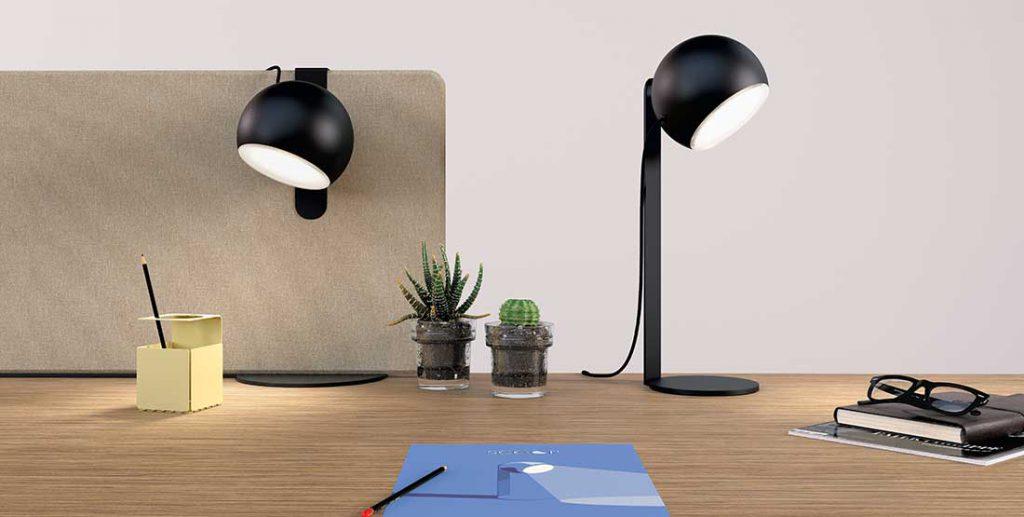 Lampe Scoop noir, une sur pied, l'autre sur un écran