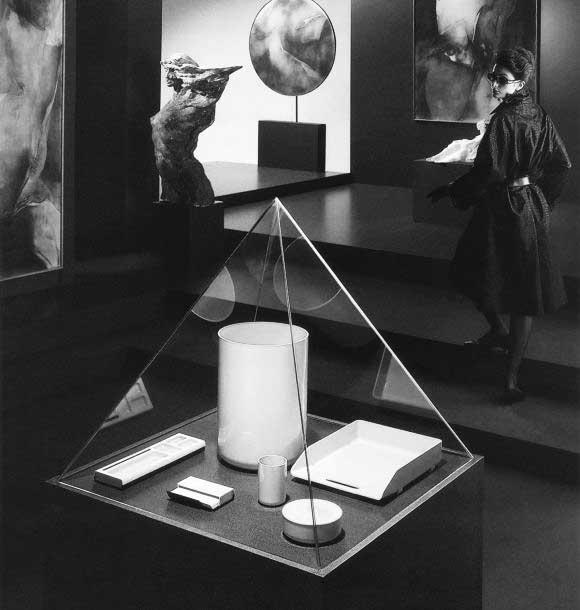 Présentation de la première gamme d'accessoires Manade en vitrine en forme de pyramide, comme au Louvre. Photo en noir & blanc