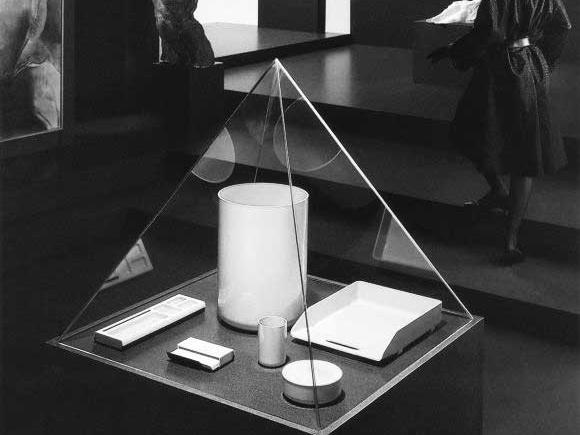 Première                          collection d'accessoire de bureau de Manade présentée comme dans un musée, photo en noir et blanc.
